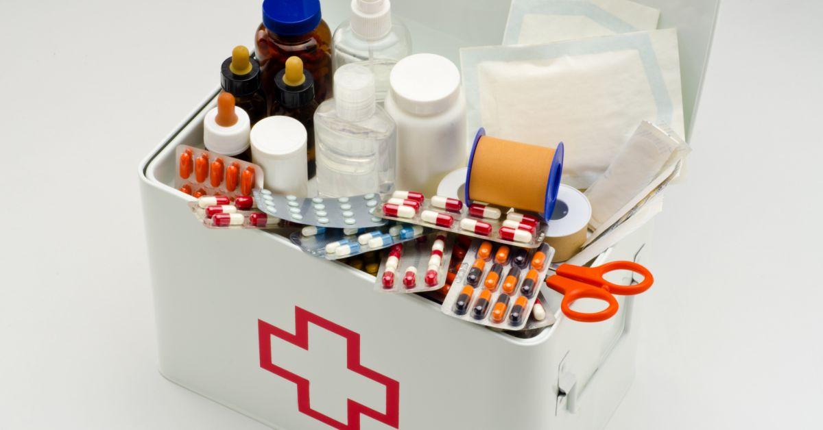 Хранят лекарство в недоступном для малышей месте