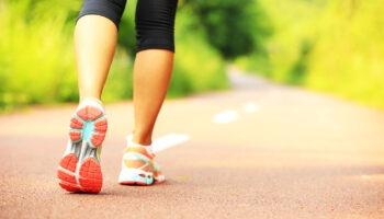При ходьбе повышается давление: полезен ли этот вид физической активности для гипертоников