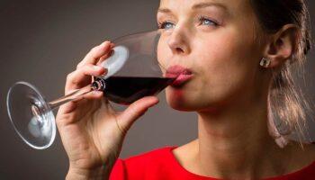 Повышается или понижается давление при употреблении красного вина?