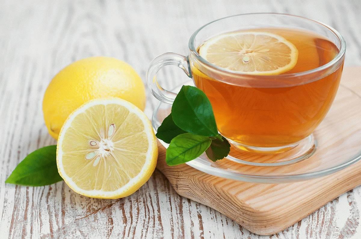 Черный чай с ломтиком лимона