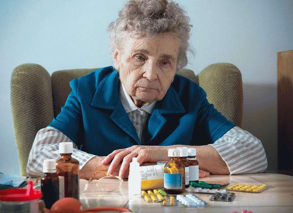 Пожилые пациенты пьют лекарства