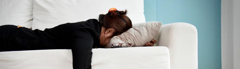 Лечь на живот и уткнуться лицом в подушку