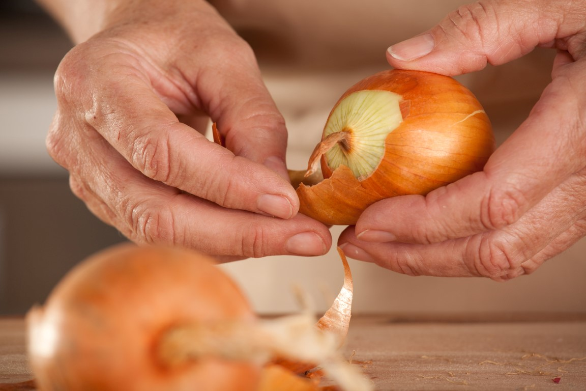 Снятие сырья с луковиц