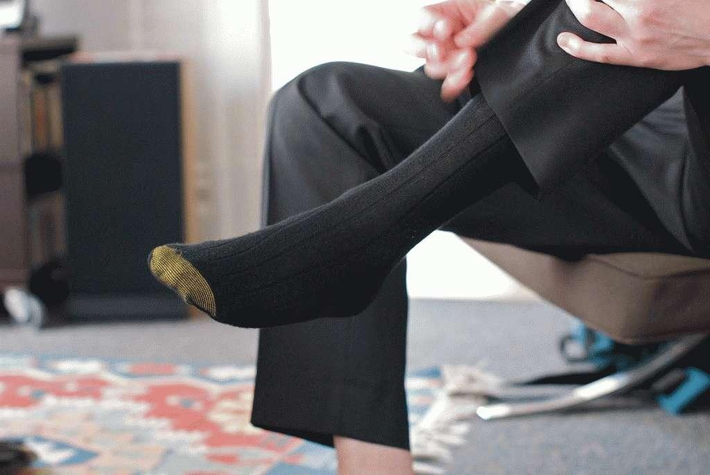 Люди, выбирающие черные носки