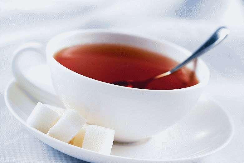 Горячий крепкий чай с сахаром