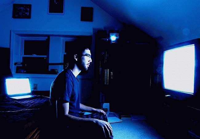 Не смотреть телевизор в темной комнате