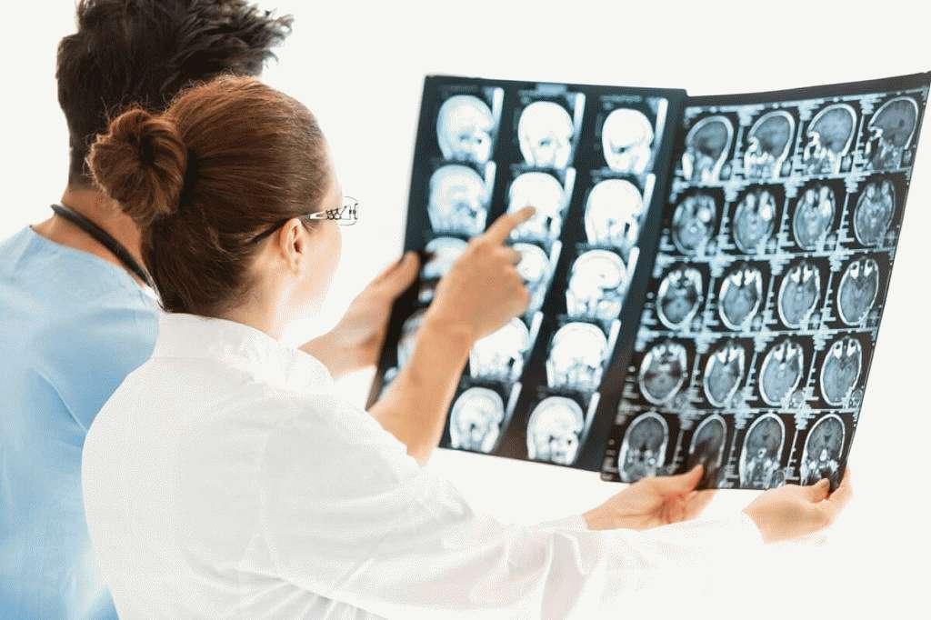 Патологическое изменение многих структур головного мозга